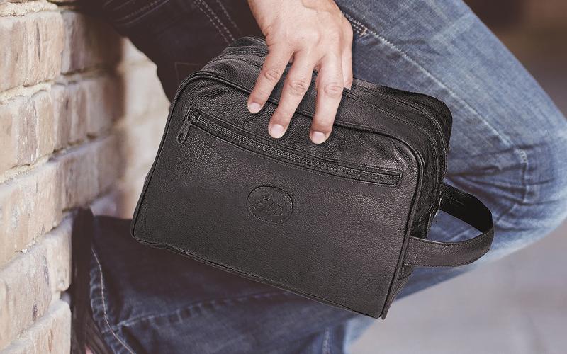 Mann reist mit Kulturtasche von ERBE