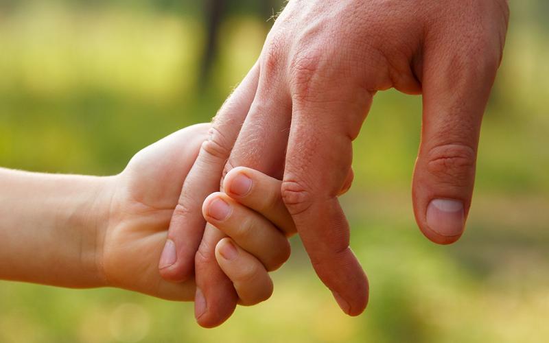 Gepflegte Hände von Mann und Kind